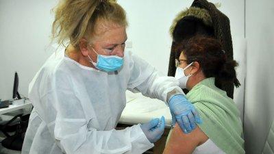 Днес бяха ваксинирани учители от бургаската ПГМЕЕ. Снимки Черноморие-бг