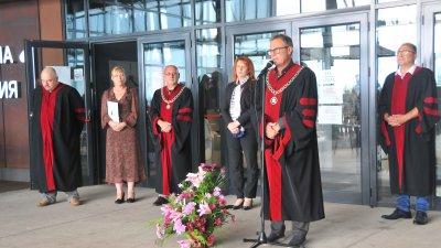 Ректорът на НХА проф. Георги Янков пожела присъствена година на студентите при откриването на учебната година на филиала в Бургас. Снимки Черноморие-бг