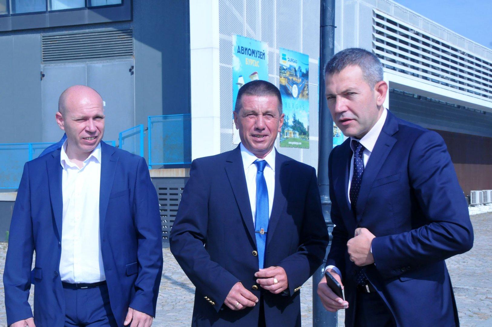 Служебният министър на транспорта, информационните технологии и съобщенията Георги Тодоров (вдясно) поздрави участниците в Морския ден. Снимки Черноморие-бг