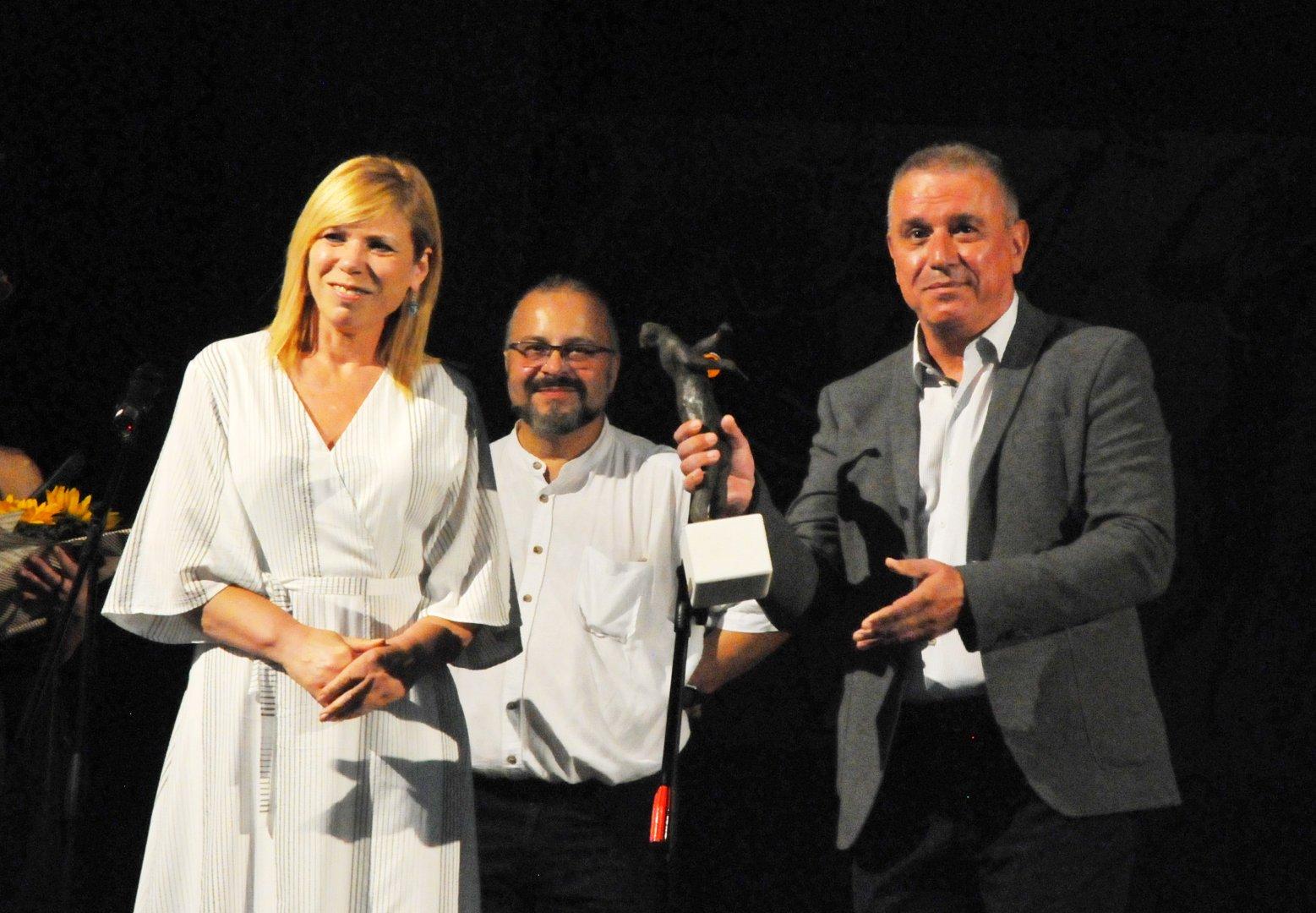 Зам.-кметът по култура Диана Саватева връчи статуетката на проф.д-р Ивайло Кринчев, носител на приза Емил Чакъров за 2020 година. Снимки Черноморие-бг