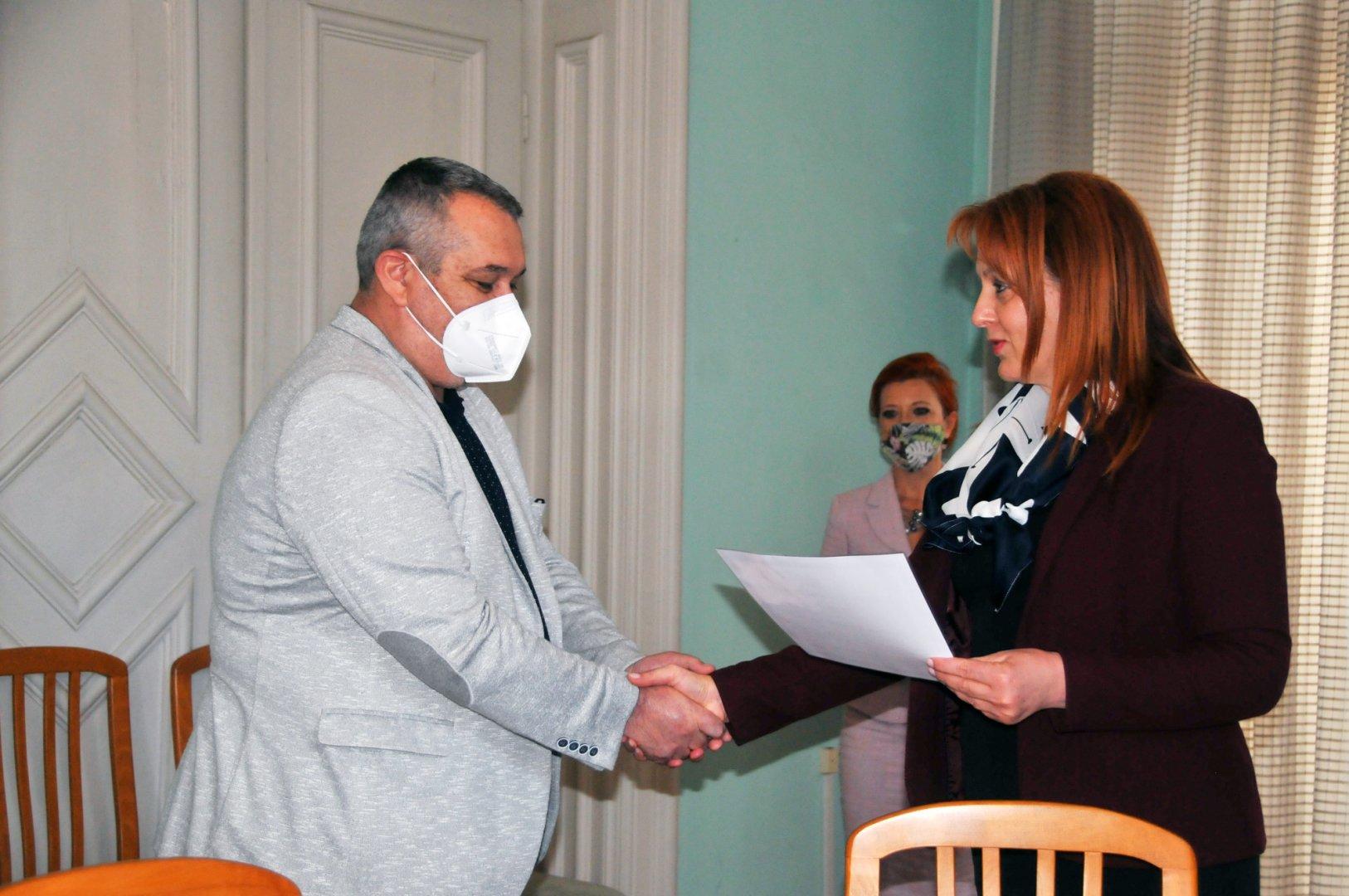 Областният управител Мария Нейкова връчи министерската грамота на д-р Георги Паздеров. Снимки Черноморие-бг