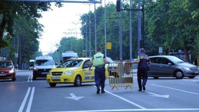 Полицаи поставиха заграждения, за да спрат движението в затворения участък. Снимки Черноморие-бг
