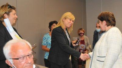 Ваксинали сте, нали? - попита министърът на туризма Стела Балтова (вдясно) участниците в срещата преди да се ръкува с всеки един от тях. Снимки Черноморие-бг
