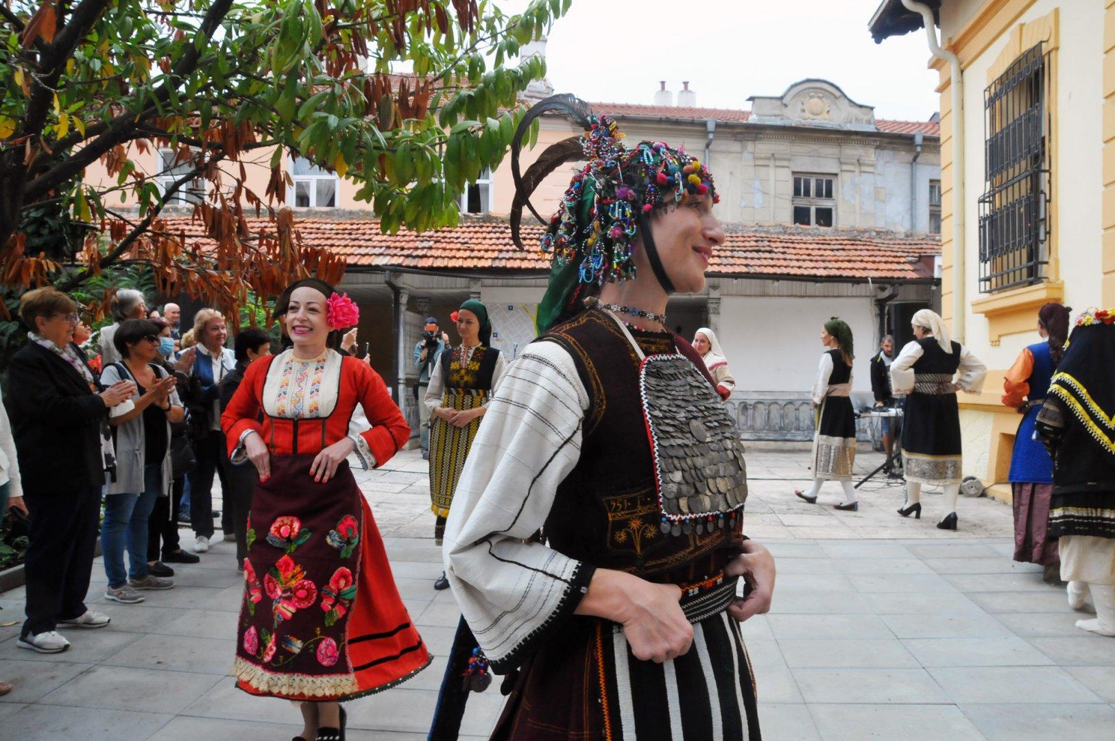 Носии на един век от фонда на РИМ показаха в двора на Етнографската експозиция в Бургас. Снимки Черноморие-бг