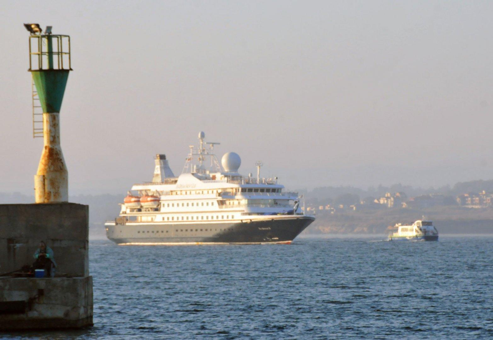 След 4-годишна пауза, днес на Морска гара Бургас акостира круизният кораб Sea Dream II. На борда му пътуват 65 пасажери, 47 от които американци, канадци, англичани, норвежци, германци и датчани. Всички пътници и екипажът, както и служителите на обслужващата ги туристическа компания са ваксинирани. От Бургас 12 от пасажерите потеглиха с автобус до манастира Свети Георги в Поморие и винарната в село Страцин. От Бургас, корабът ще потегли към Костанца, Снимки Черноморие-бг