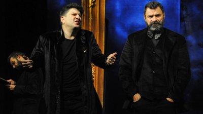 Асен Блатечки (вляво) и Стефан Иванов в сцена от Омразна любов. Снимки Черноморие-бг