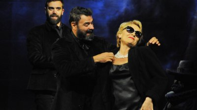 Койна Русева в сцена от спектакъла Омразна любов. Снимки Черноморие-бг