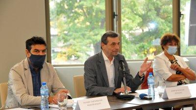 Президентът на Подкрепа Димитър Манолов (в средата) участва във форума на синдиката. Снимки Черноморие-бг