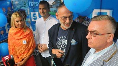 Ще положа максимални усилия да заслужа това, което вие направихте, пише Любен Дилов - син (вторият отдясно наляво). Снимка Черноморие-бг
