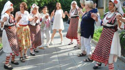 Право българско хоро се изви в двора на Етнографската експозиция на РИМ - Бургас. Снимки Черноморие-бг