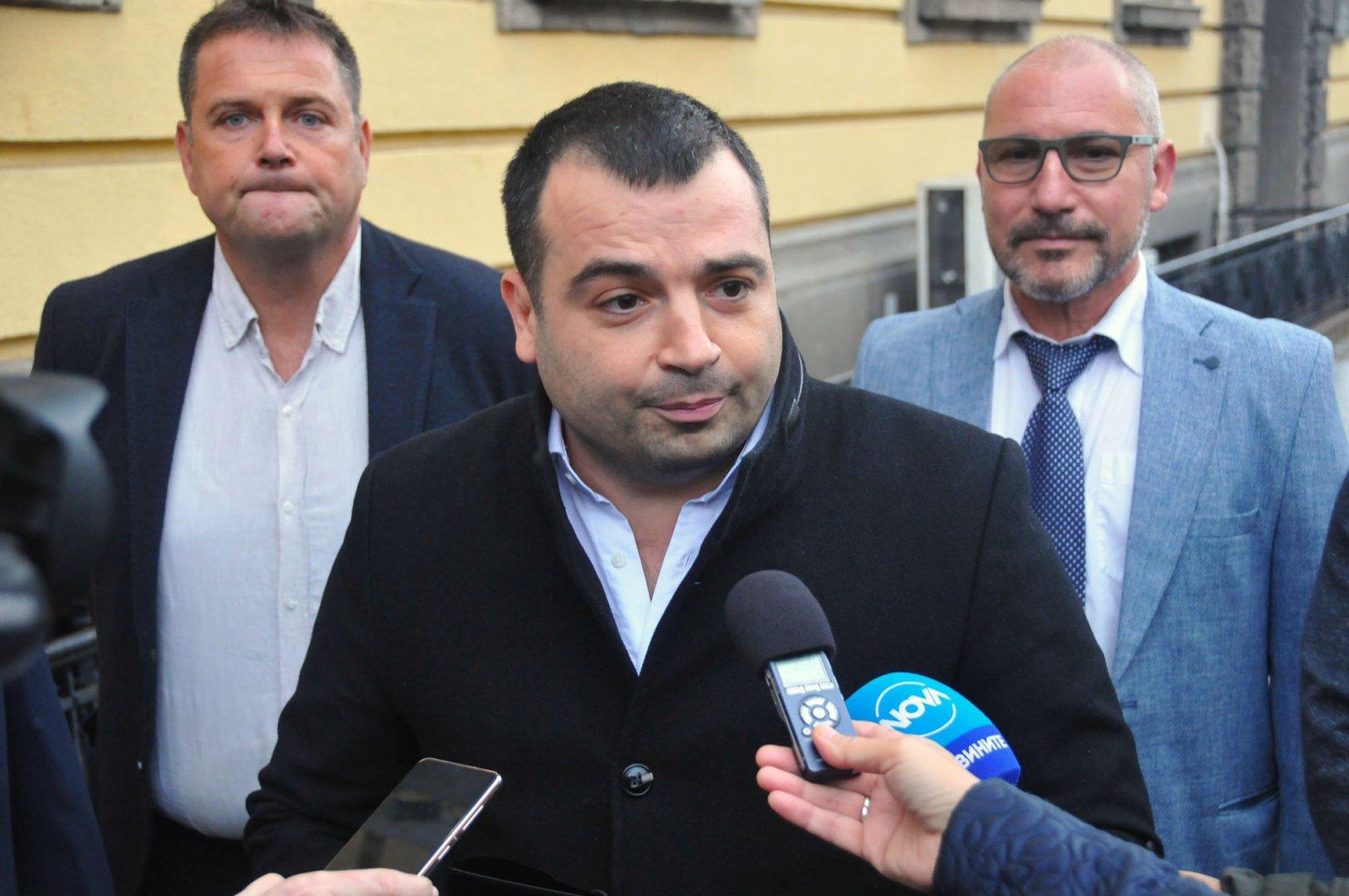 Константин Бачийски (в средата) ще води листата на Продължаваме промяната във Втори МИР - Бургас. Снимки Черноморие-бг