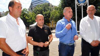 Сигналът срещу кмета на Бата Георги Георгиев (вляво) е донос, заяви областният лидер на ГЕРБ Димитър Бойчев (вторият отдясно наляво). Снимка Черноморие-бг