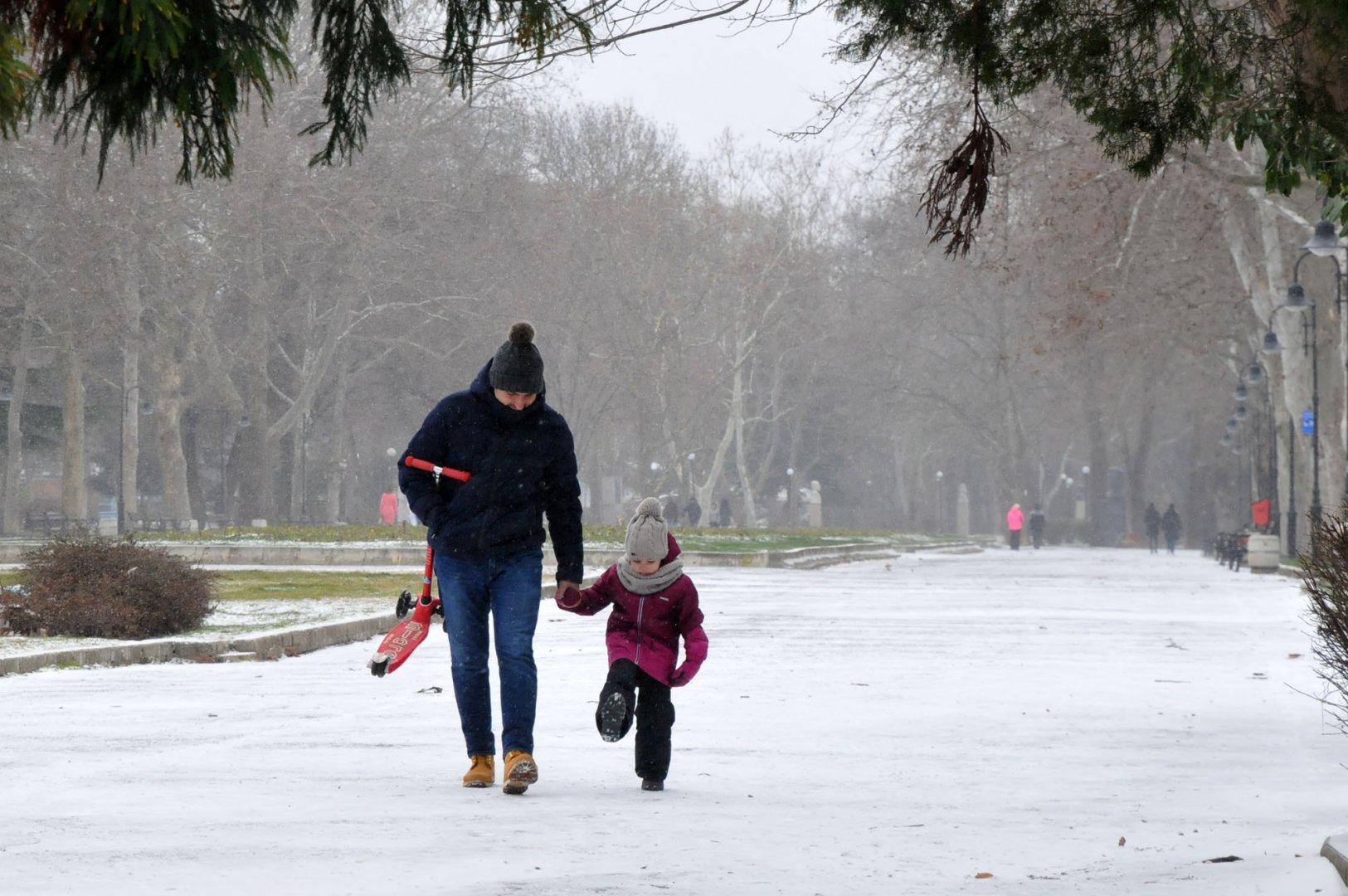 Бургас осъмна днес със сняг.Макар и доста оскъдна, снежната покривка зарадва най-вече децата. Мнозина излязоха в Морската градина да се любуват на бялата премяна и да се забавляват. Не малко бяха и по-големите бургазлии, които въпреки ниските температури, изляоха да се раходят. Снимки Черноморие-бг