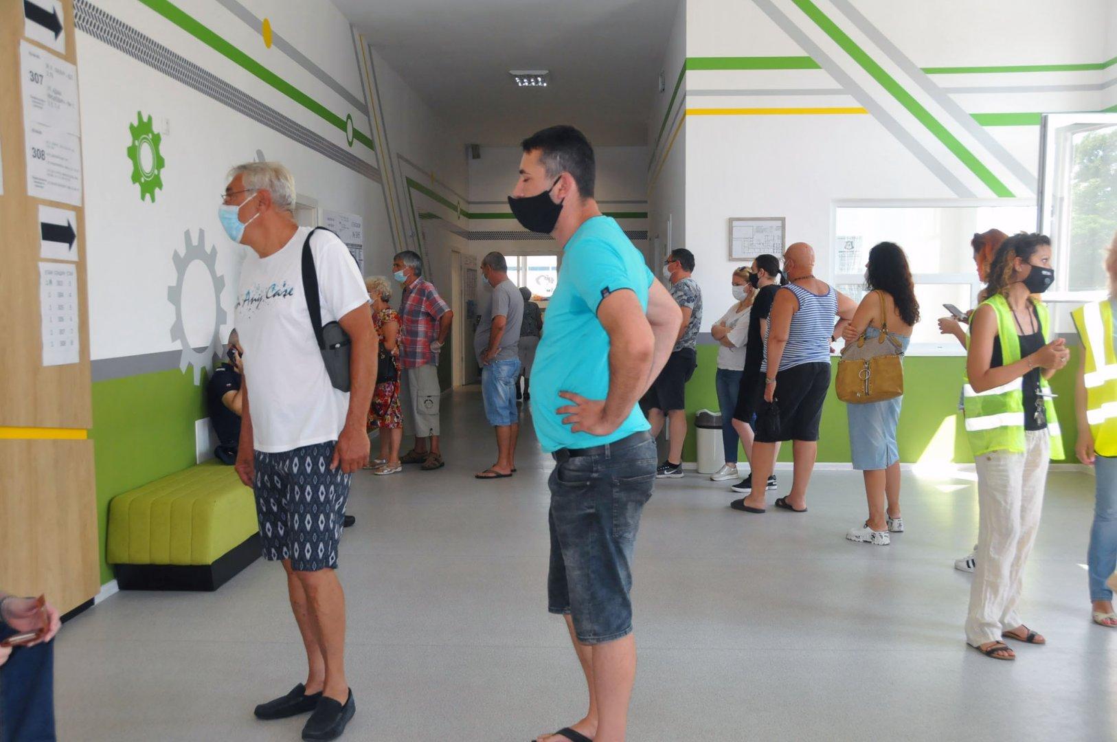 Избирателната активност е едва 27,27%, което прави 99 707 гласували. Снимка Черноморие-бг