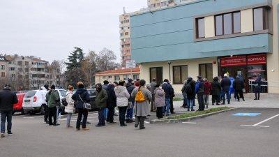 Година след началото на пандемията опашките не са пред магазините, а пред болниците - за ваксини. Снимка Архив Черноморие-бг