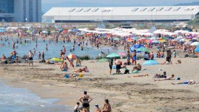Плажът в Бургас се пука по шевовете от плажуващи. Пред секциите обаче е спокойно. Снимки Черноморие-бг
