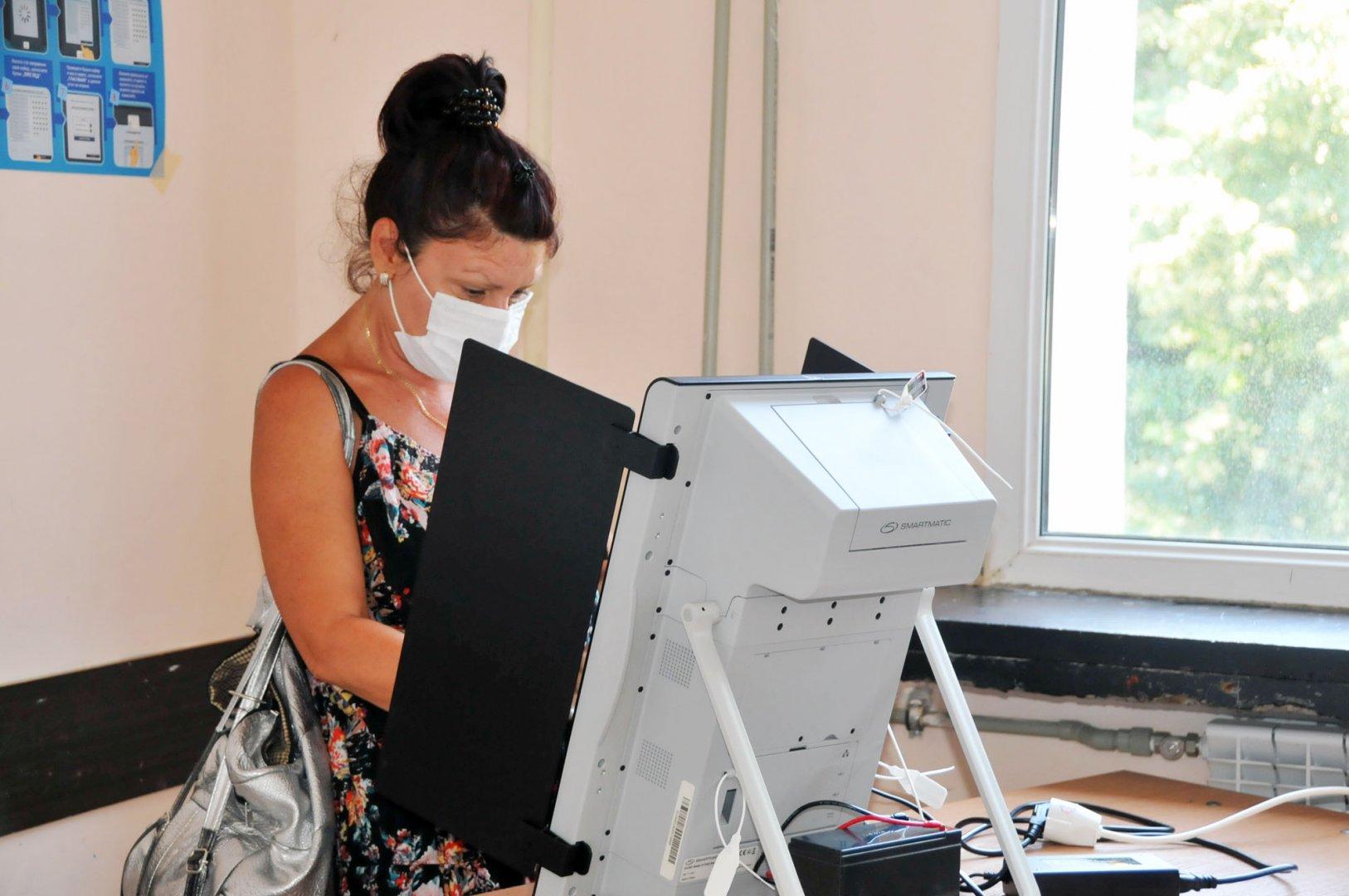 Малко над 18% е избирателната активност в СИК-овете в Търговската гимназия. Снимки Черноморие-бг