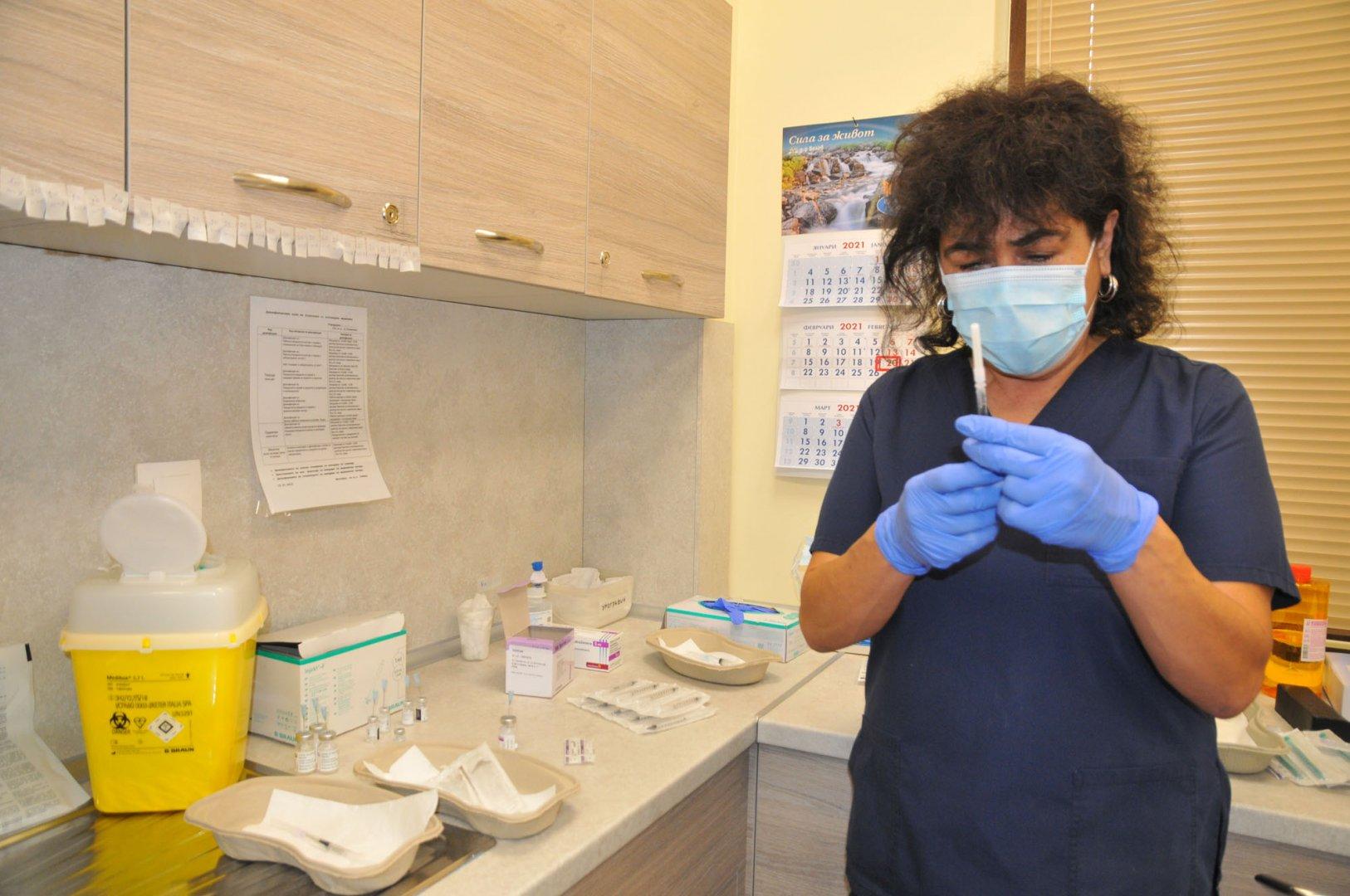 От днес и личните лекари се включват във ваксинацията. Снимка Черноморие-бг