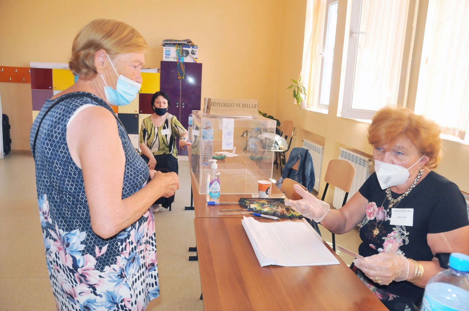 Спокойно протича изборният ден и в СИК-овете в СУ Св. св. Кирил и Методий в Бургас. Снимки Черноморие-бг