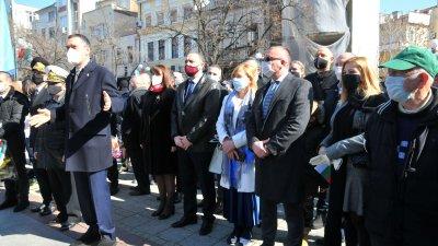Празникът в Бургас събра политици и граждани на площад Атанас Сиреков. Снимки Черноморие-бг