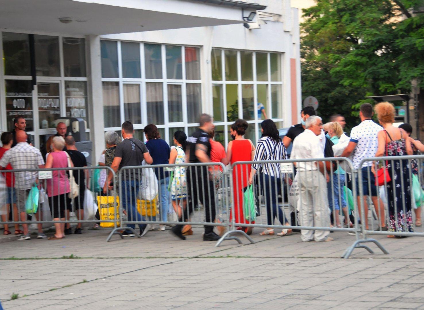 """Още в 21.00 часа пред зала """"Бойчо Брънзов"""" в Бургас се образува опашка от членове на комисии от региона, които чакат да предадат изборните си книжа. Снимка Черноморие-бг"""