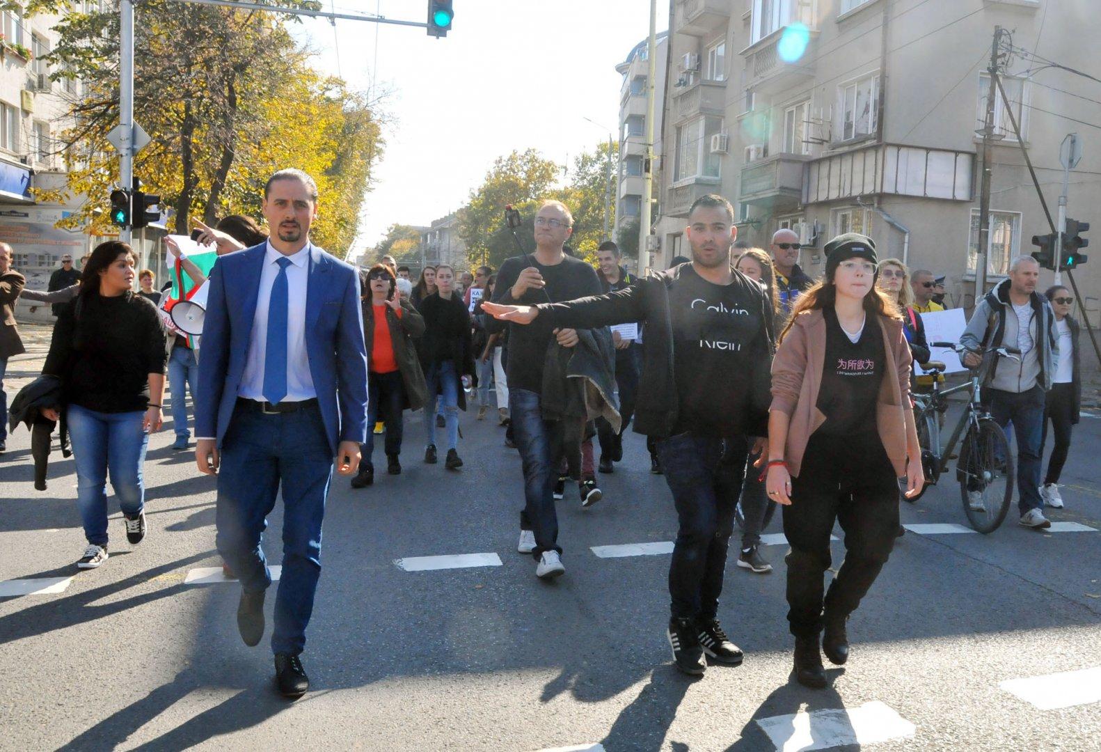 Зам.-областният управител на област Бургас Асен Бонджев (вляво) се включи в първите редици на протестиращите. Снимки Черноморие-бг