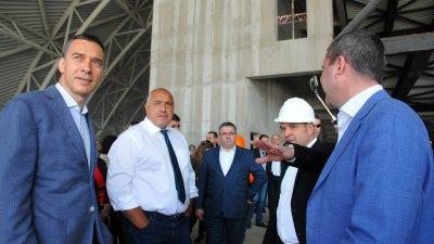 Министър-председателят Бойко Борисов (вторият отляво надясно) провери строителните дейности в залата. Снимки Черноморие-бг