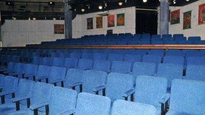 Салонът на Кукления театър остана празен в късния следобед днес. Снимки Черноморие-бг