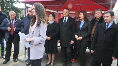Кандидатите на БСП за България откриха кампанията на шатрата в центъра на Бургас. Снимки Черноморие-бг