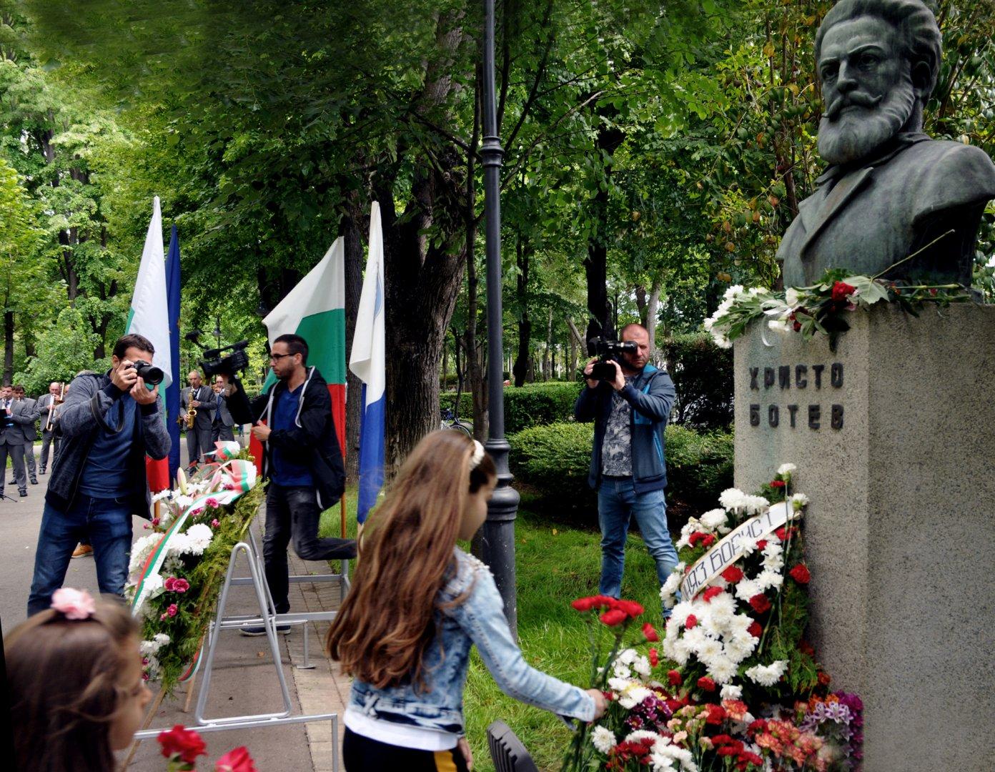 Бургазлии поставиха венци и цветя на паметника на Христо Ботев в Морската градина. Днес се навършват 144 години от гибелта на великия революционер. Сниимки Черноморие-бг