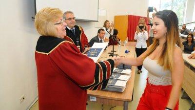 Ректорът на университета проф. Магдалена Миткова връчи студентските книжки. Снимки Лина Главинова