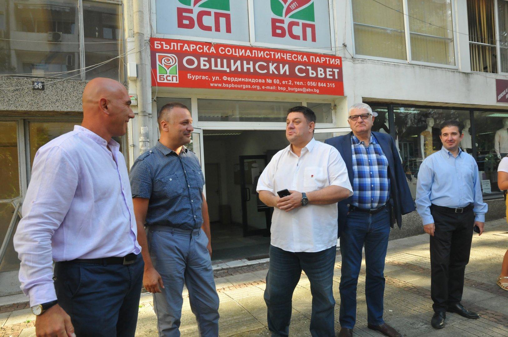 Николай Тишев (вляво) и Тодор Байчев (до него) ще могат да гласуват при подреждането на листата с кандидати за депутати. Водач е Петър Кънев (вторият отдясно наляво), а Атанас Зафиров (в средата) ще води листата в Сливен. Снимка Архив Черноморие-бг