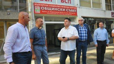 Петър Кънев (вторият отдясно наляво) ще води листата в Бургас, Атанас Зафиров (в средата) ще бъде водач в Сливен. Снимка Архив Черноморие-бг