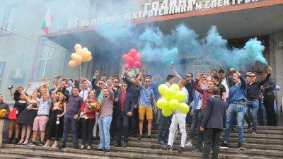 190 ученици завършват ПГМЕЕ в Бургас. Снимки Лина Главинова