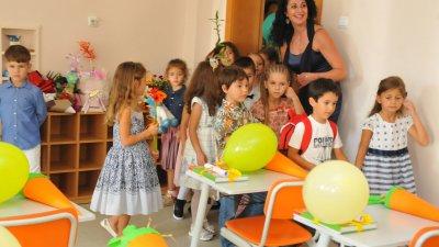 Христина Ганева въведе своите ученици в класната стая. Снимки Лина Главинова