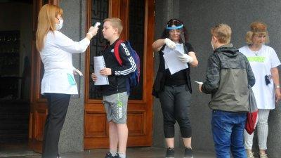 Преди да влязат в класните стаи на седмокласниците им бе измерена температурата. Снимки Черноморие-бг