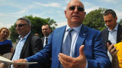 Не чувам инвеститора, каква му е идеята, попита министър Димитров (на преден план). Снимка Черноморие-бг