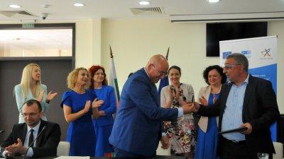 Министър Димитров (вляво) подписа преди 5 месеца с ВиК - Бургас проект на стойност 459 милиона лева. На церемонията присъства и зам.-министър Николова (втората отляво надясно). Снимка Архив Черноморие-бг