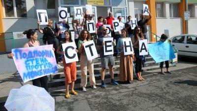 Природоащитници протестираха пред сградата на Регионалната инспекция по околната среда и водите в защита на Черноморското крайбрежие и спиране на презастрояването му. Преди седмица те отново протестираха, провокирани от изграждането на подпорна стена във вид на хотел в защитена местност Алепу. Природозащитниците планират да изградят символично жива подпорна стена от хора, които искат да защитят морето, плажовете и природата. Снимки Черноморие-бг