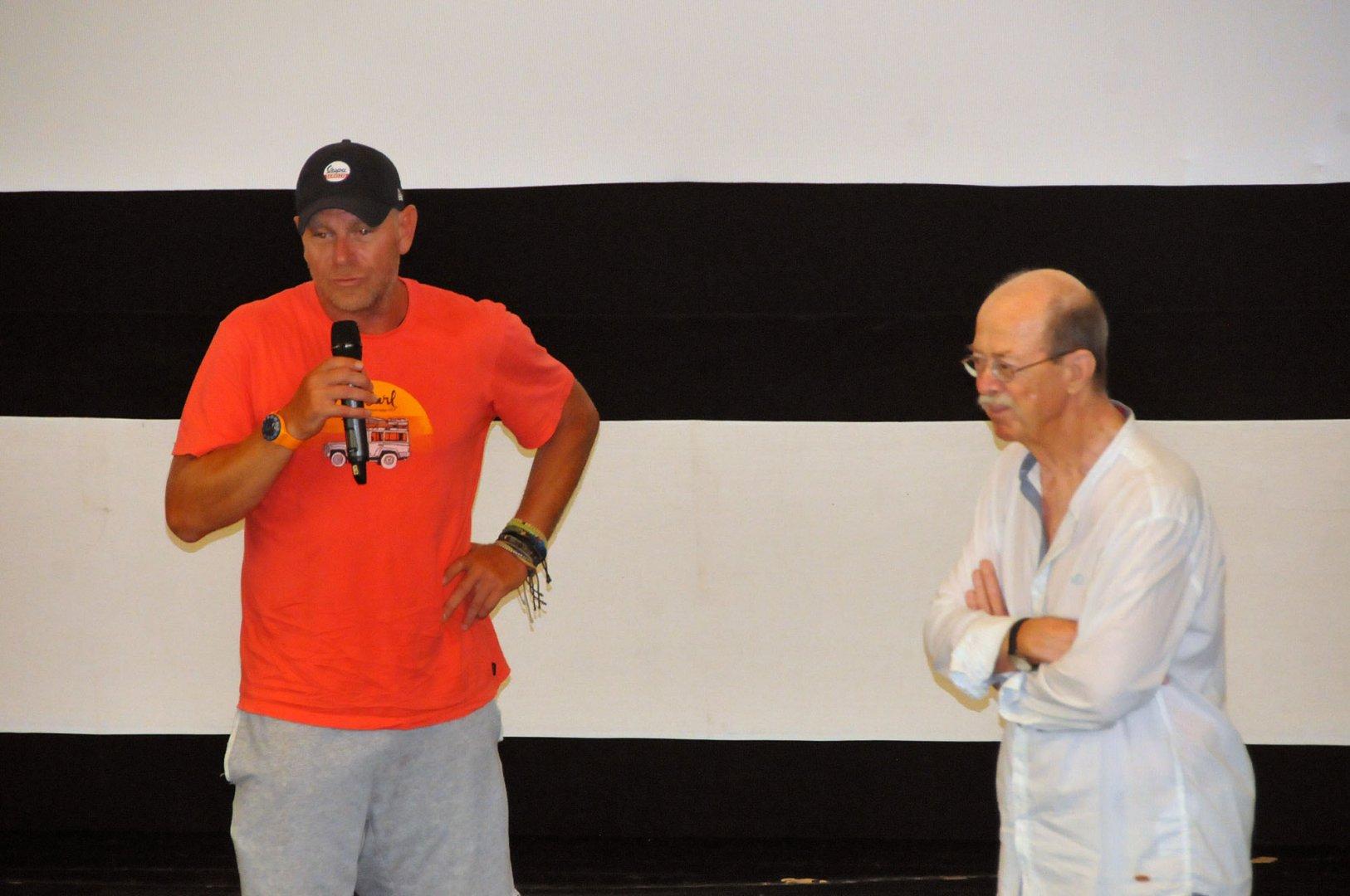 Юлиан Вергов (вляво) сподели за работата си с режисьора на филма Павел Веснаков след края на прожекцията на Уроци по немски. Снимка Черноморие-бг