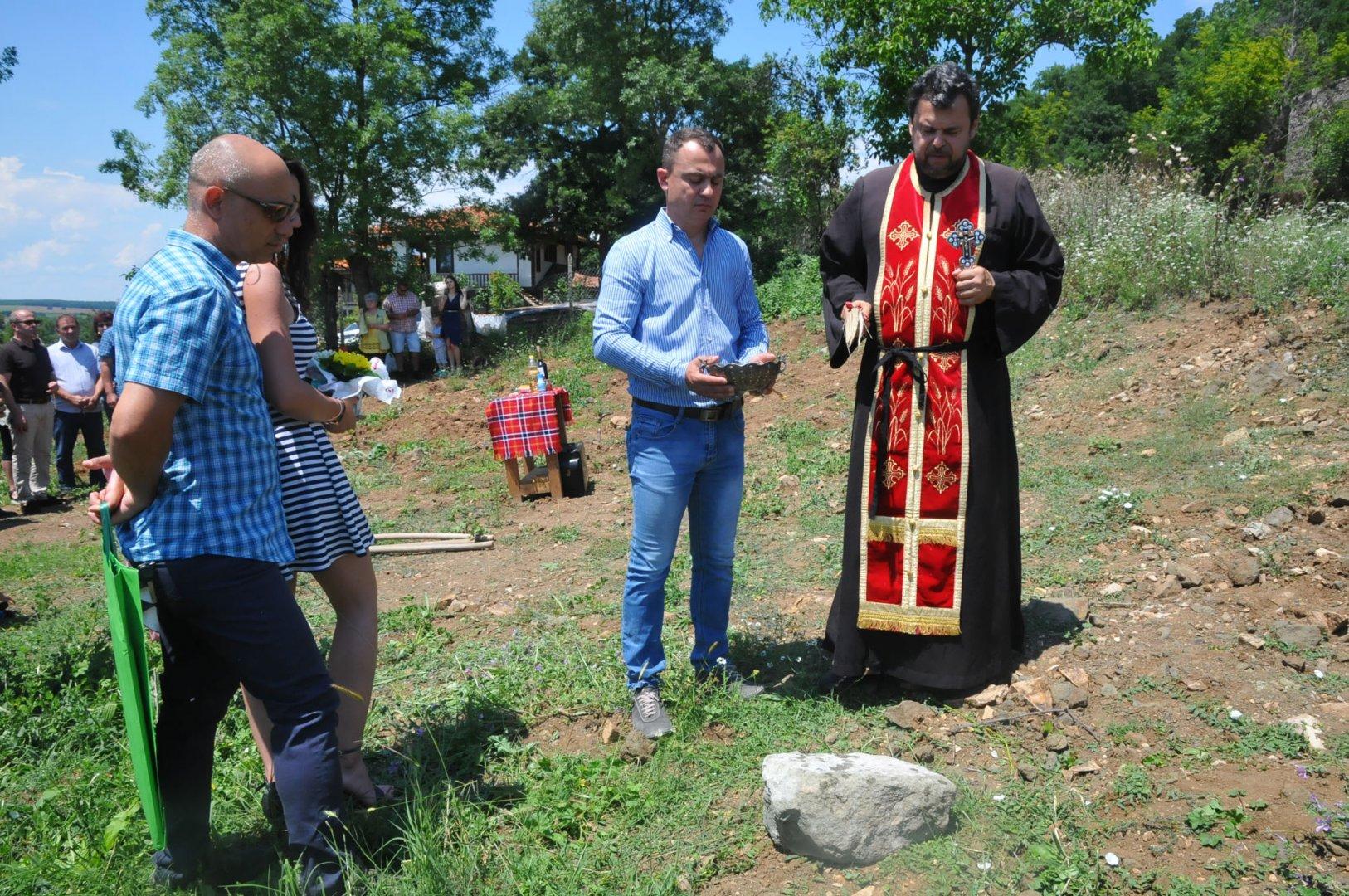 Отец Стилиян освети камъка, който ще бъде поставен в основата на градежа. Снимки Черноморие-бг