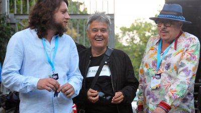 Иван Тенев (вдясно) в приятелски разговор с актьора и партньор в живота на Мариана Попова - Веселин Плачков (вляво) и Светослав Аргиров. Снимка Черноморие-бг