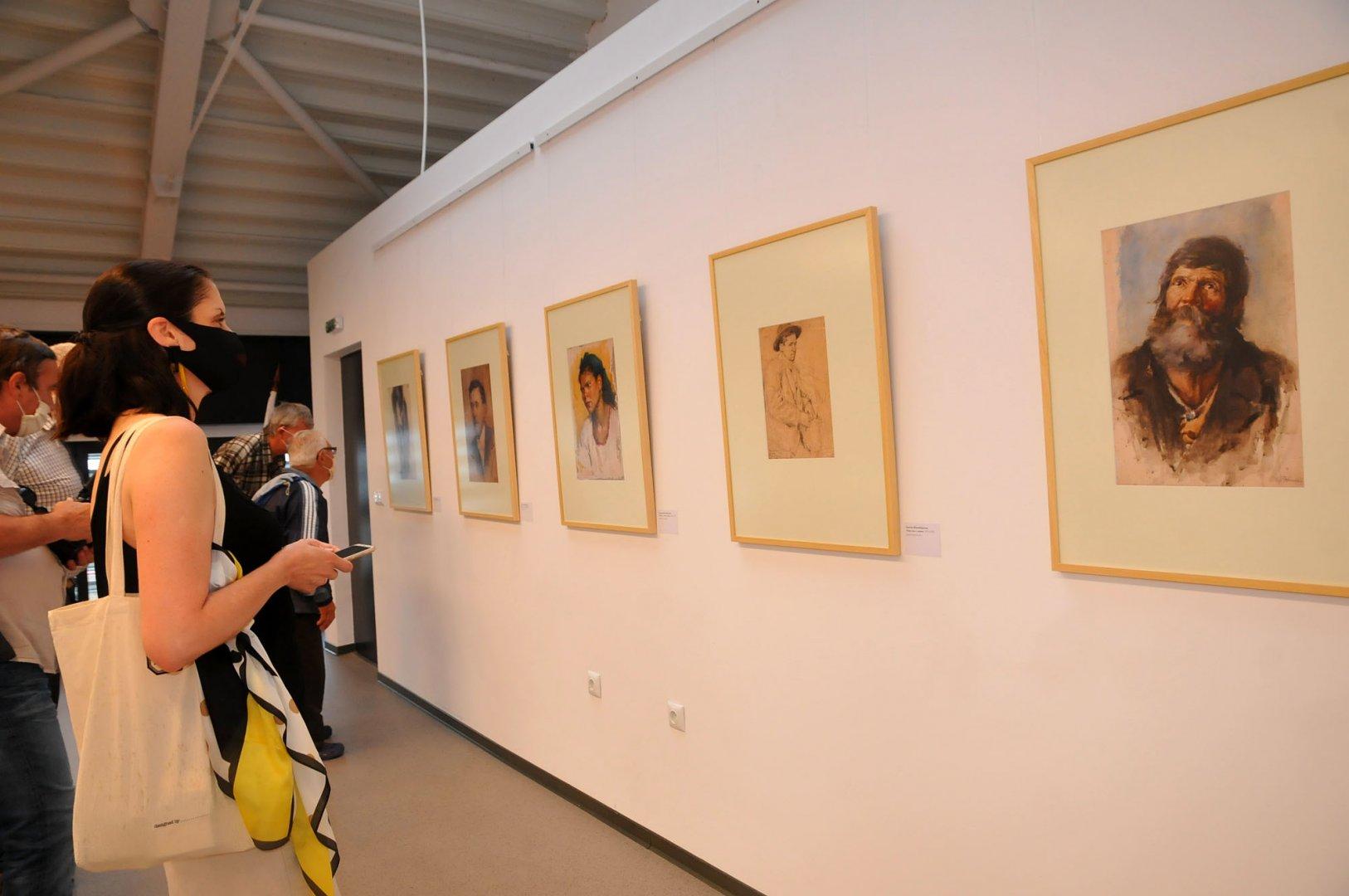 Рисунки и авкарели на Христо Явашев - Кристо, рисувани от него по време на обучението му в Националната художествена академия, са подредени в изложба в залата на филиала на НХА в Бургас. Снимки Черноморие-бг