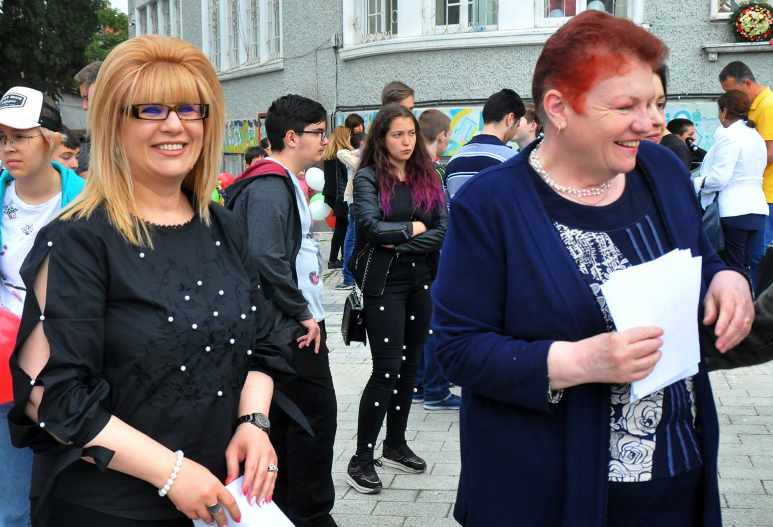 Директорът на гимназията Снежана Няголова и заместничката й - Милена Гергицова аплодираха танцуващите. Снимки Лина Главинова