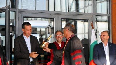 Бутилката с шампанско ще бъде гръмната догодина, когато завършва първия випуск бакалаври на филиала в Бургас. Снимка Черноморие-бг