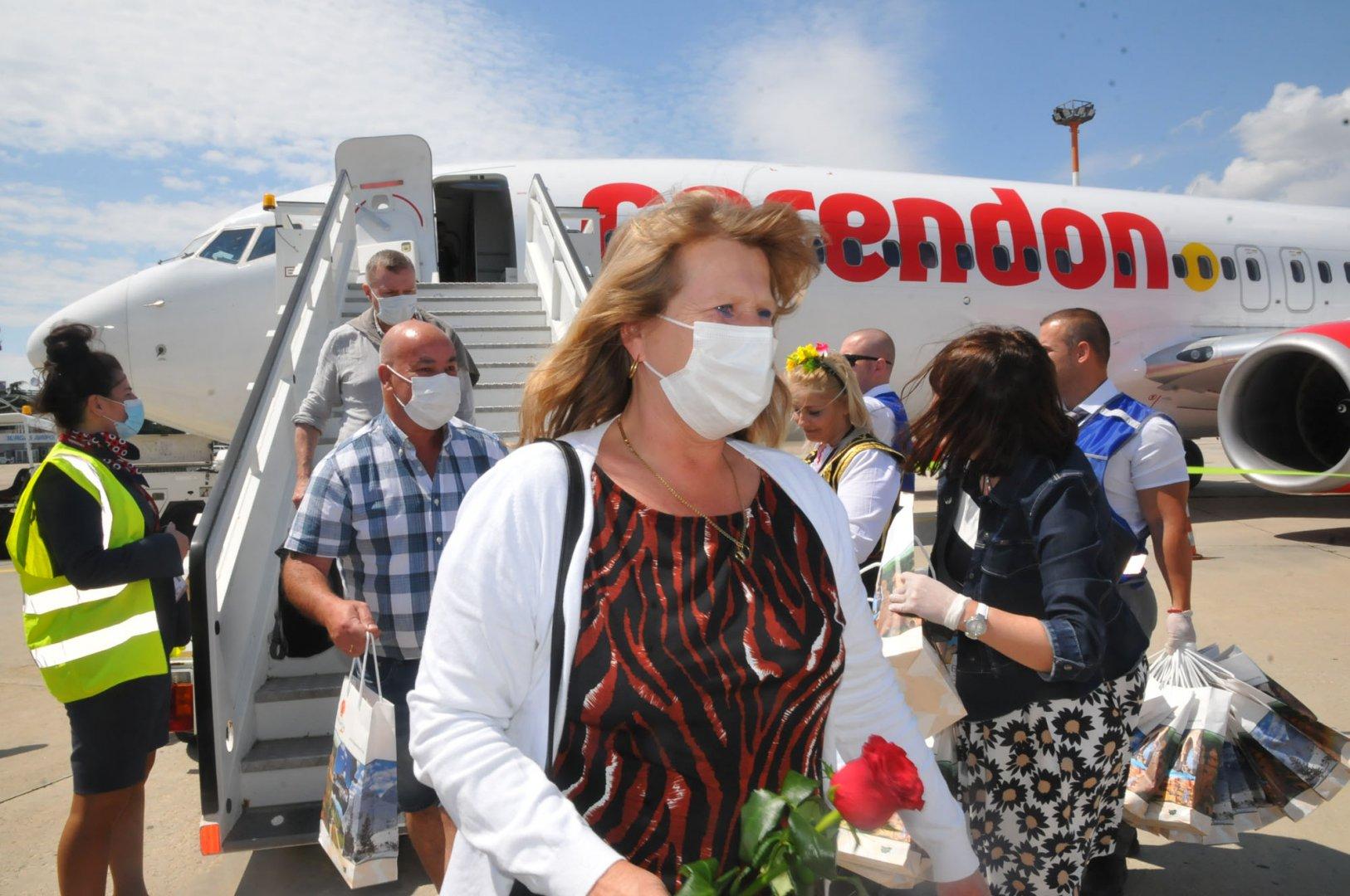 Носенето на маски е задължително и в самолета по време на полет. Снимка Черноморие-бг