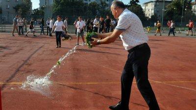 Директорът Коста Папазов лисна менчето с вода в края на церемонията. Снимки Черноморие-бг