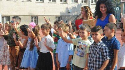 Първокласниците с желание прекрачиха прага на своето училище. Снимки Черноморие-бг