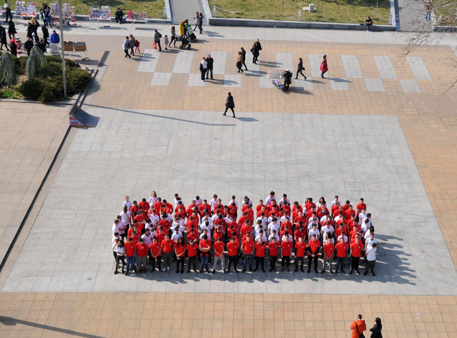 150 ученици от ПГЕЕ К.Фотинов се включиха в композиция на огромна мартеница. Снимки Лина Главинова