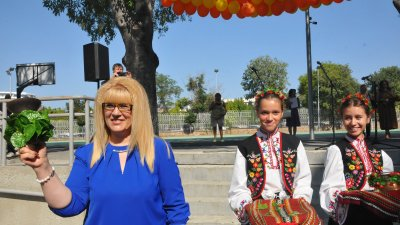 Директорът на гимназията Снежана Няголова удари първия звънец. Снимки Черноморие-бг